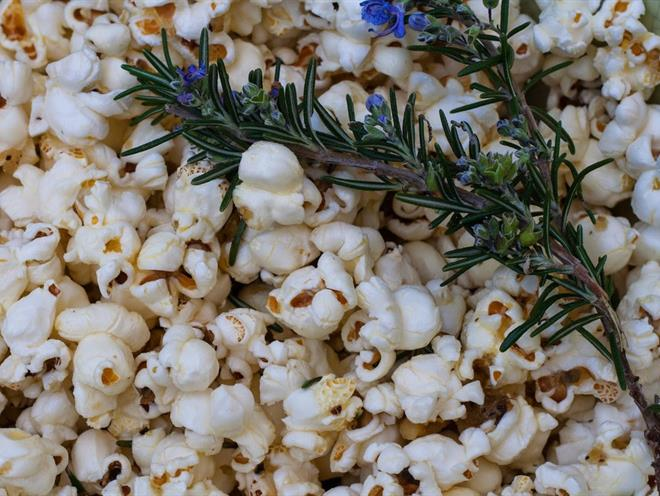 Rosemary & Roasted Garlic Popcorn